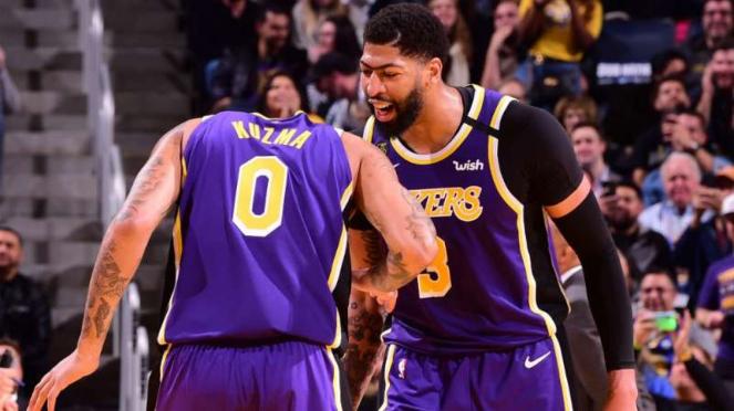 Pemain LA Lakers, Kyle Kuzma dan Anthony Davis.