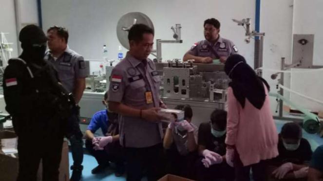 Polisi gerebek pabrik masker ilegal di Jakarta Utara, Jumat, 28 Februari 2020.