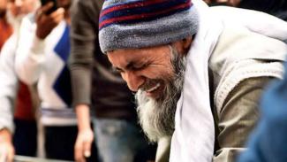 Seorang bapak menangis di hadapan jasad putranya yang dibantai di India.