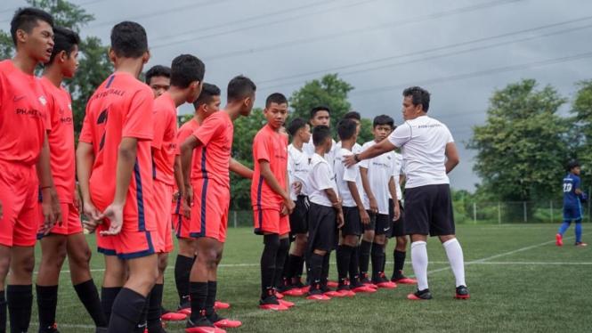 Pelatih Timnas Indonesia U-16, Bima Sakti, memimpin coaching clinic