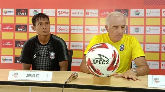 Mario Gomez, Pelatih Arema FC (kaos kuning)
