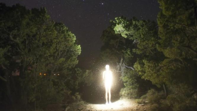 Ilustrasi alien turun ke Bumi.