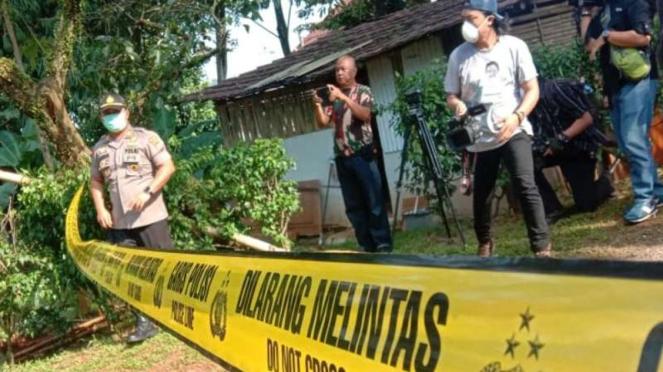 Rumah warga Depok yang terjangkit virus corona diberi garis pembatas