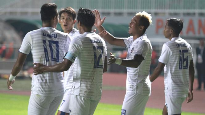 Pemain Arema FC merayakan gol KH Yudo.