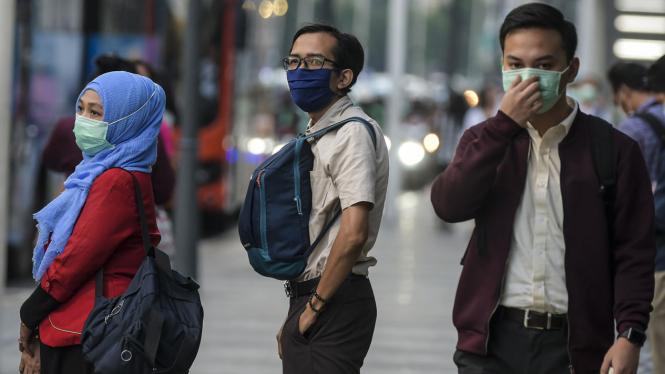 Warga pakai masker antisipasi penyebaran virus Corona atau COVID-19