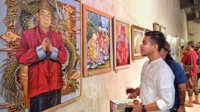 Gibran saat melihat lukisan Gus Dur di Solo.