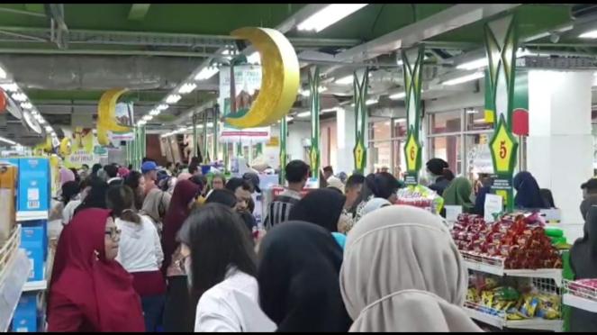 Warga melakukan aksi borong bahan makanan (panic buying) di pusat perbelanjaan di Jaktim.