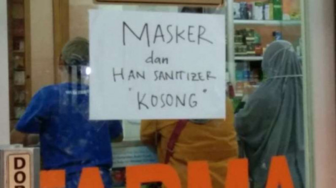 Sebuah apotek di Semarang memasang pengumuman soal kelangkaan masker.