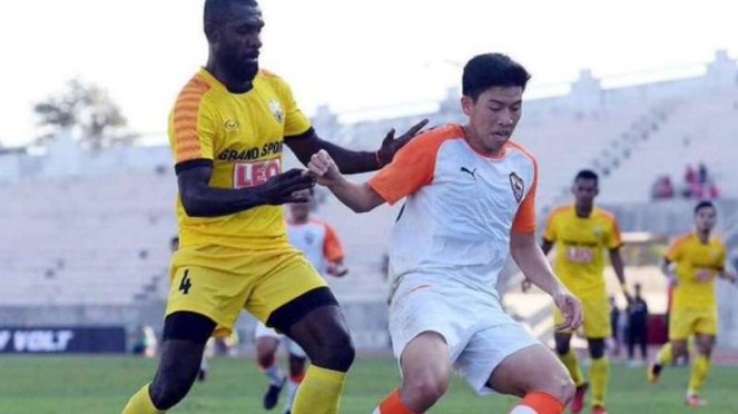 Yanto Basna (baju kuning) pemain Indonesia yang merumput di Liga Thailand