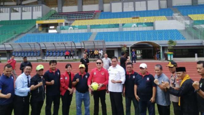 Ketua Umum PSSI, Mochamad Iriawan meninjau Stadion Pakansari Bogor.