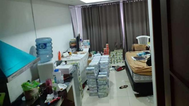 Seorang wanita menimbun masker di apartemennya, Rabu, 4 Maret 2020.