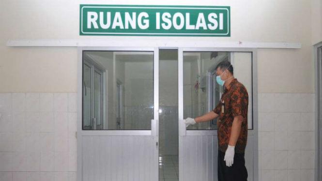 Petugas menunjukkan ruang isolasi di RSUD Pandan Arang Boyolali, Jawa Tengah