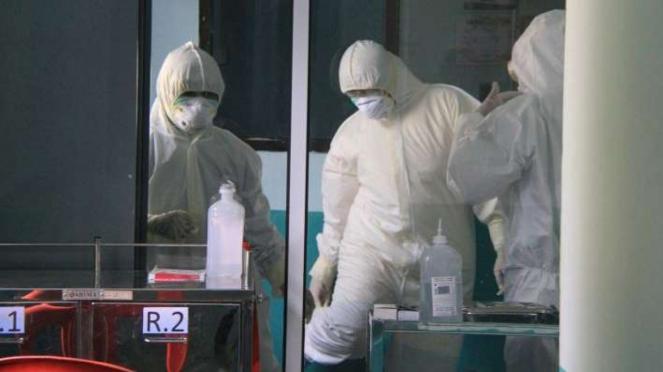Petugas medis saat mengambil spesimen dari pasien suspect virus Corona Covid-19