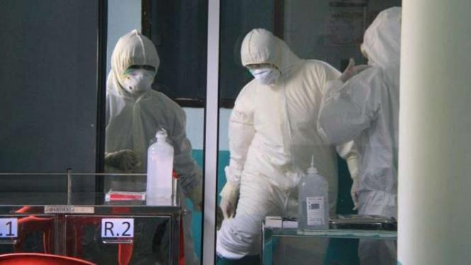 Petugas medis saat mengambil spesimen dari pasien suspect virus Corona Covid-19. (Ilustrasi)