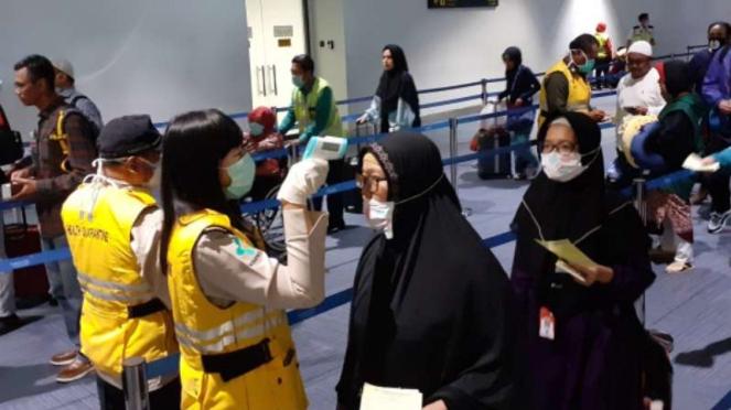 Jemaah umrah menjalani pemeriksaan kesehatan di Bandara Soekarno-Hatta.