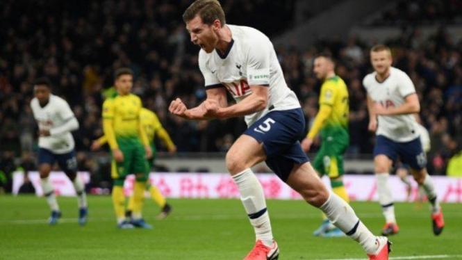 Bek Tottenham, Jan Vertonghen, merayakan gol