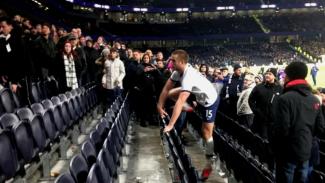 Gelandang Tottenham Hotspur, Eric Dier masuk tribun penonton