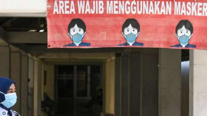 Petugas menggunakan masker di RSPI Sulianti Saroso Jakarta