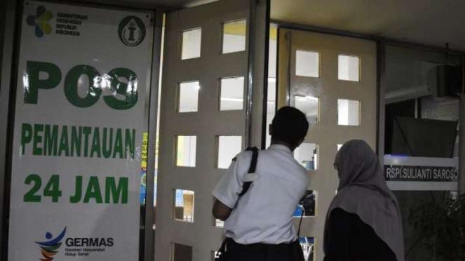 Warga memeriksakan kesehatan di Pos Pemantauan Virus Corona RSPI Sulianti Saroso