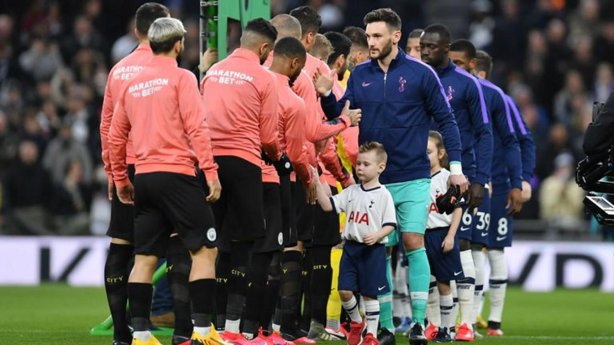 Sesi berjabat tangan sebelum laga Premier League