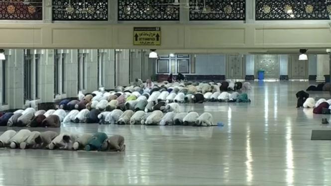 Suasana sholat Jumat di Masjidil Haram setelah penghentian umroh sementara
