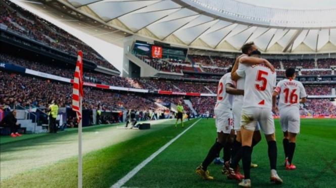Para pemain Sevilla rayakan gol.