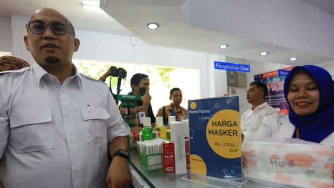 Anggota Komisi VI DPRI Andre Rosiade saat menginspeksi masker di apotek Kimia Farma di kawasan Jalan A Yani, Padang, Sabtu, 7 Maret 2020.
