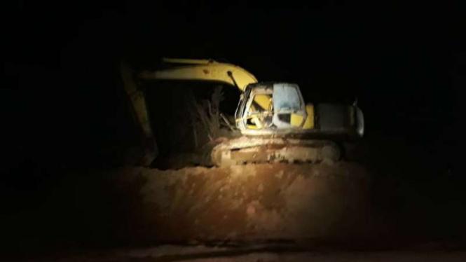 Polisi menggerebek sebuah tambang pasir ilegal di Kelurahan Sambau, Nongsa, Batam, Kepulauan Riau, Sabtu dini hari, 7 Maret 2020.
