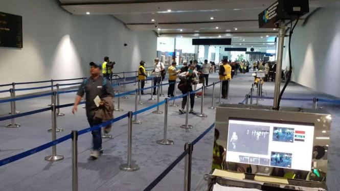 Pemeriksaan suhu tubuh di Bandara Internasional Soekarno Hatta.