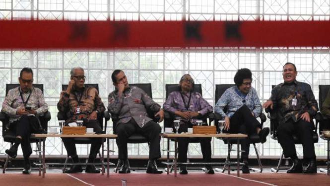 Dewan Pengawas KPK bersama Ketua KPK Firli Bahuri (paling kanan)