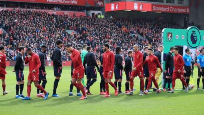 Duel Liverpool vs Bournemouth tanpa jabat tangan pemain.
