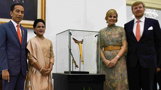 Presiden Jokowi (kiri) dan Raja Belanda Willem Alexander (kanan) dengan Keris