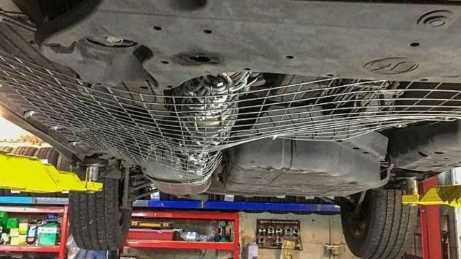 Jaring besi di kolong mobil.