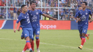Para pemain Arema FC rayakan gol
