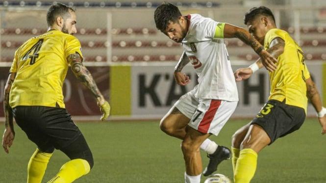 Gelandang Bali United, Stefano Lilypaly dikepung pemain Ceres Negros