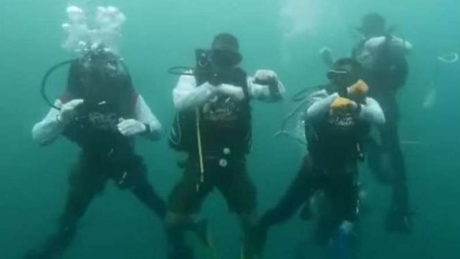 Prajurit TNI goyang ubur-ubur di dasar laut.
