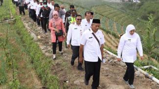Gubernur Jawa Timur Khofifah Indar Parawansa meninjau pemanfaatan dana desa di Desa Genilangit, Poncol, Magetan.