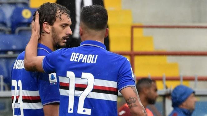 Striker Sampdoria Manolo Gabbiadini (kiri).