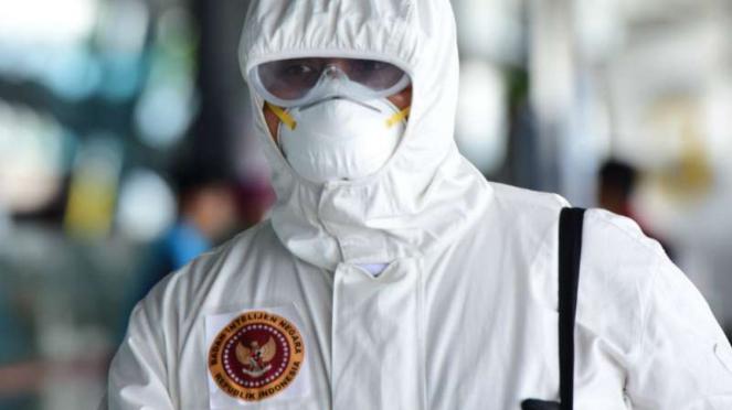 Anggota BIN memakai busana anti virus.