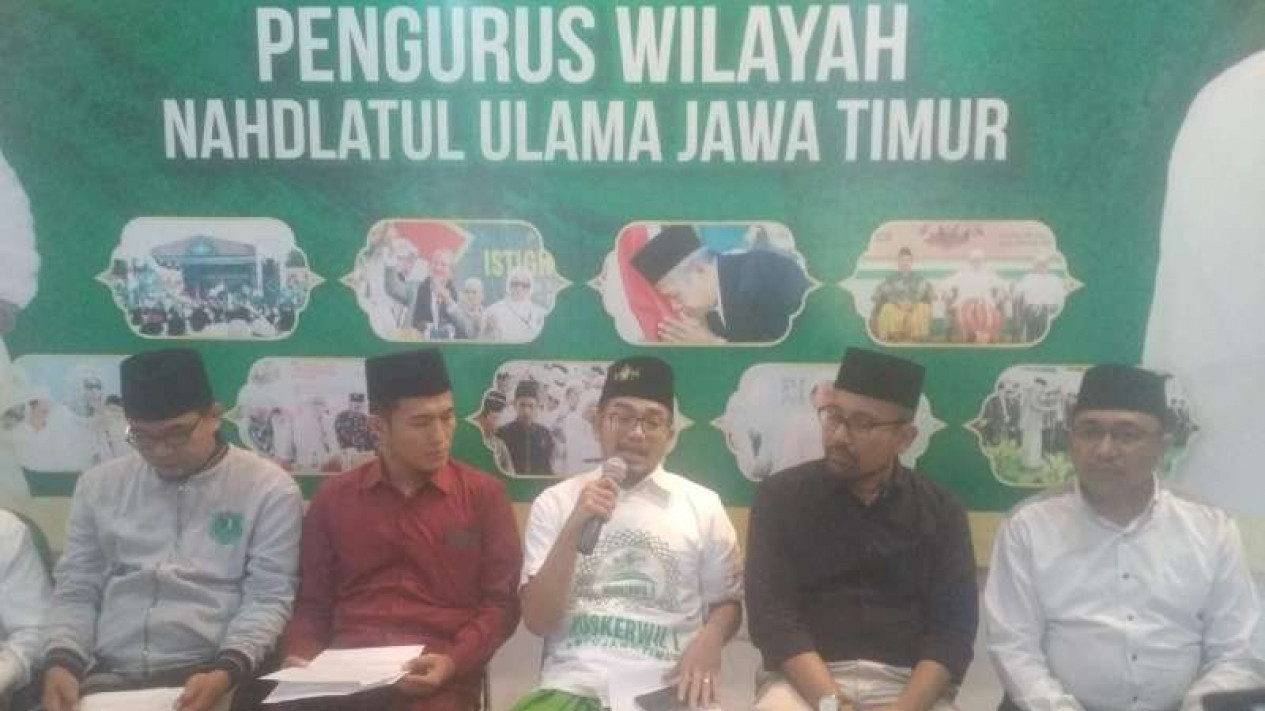 Gus Salam (tengah putih) bersama para pengurus NU Jatim di Surabaya.