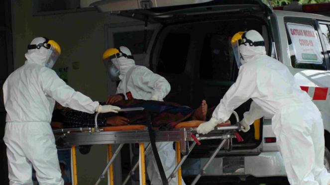 Petugas menangani pasien suspect Corona. (Ilustrasi)