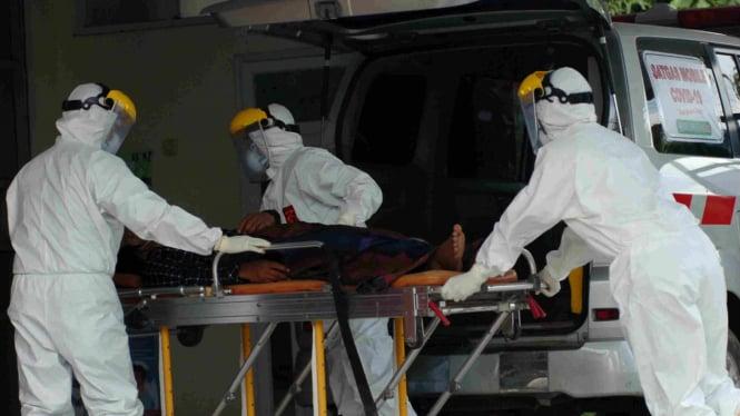 Petugas menangani pasien Corona. (Foto Ilustrasi)