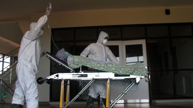 Simulasi penanganan pasien virus corona COVID-19.