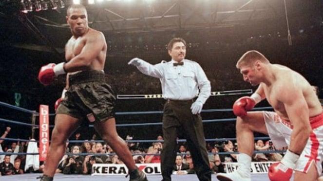Mike Tyson saat mengalahkan Andrew Golota pada 2000 silam.