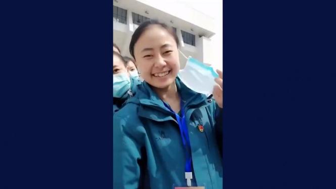 Petugas medis di Wuhan lepas masker, luapkan kebahagiaan.