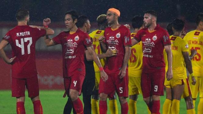 Salam siku pemain Bhayangkara FC saat melawan Persija Jakarta.