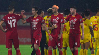 Salam siku dalam duel Bhayangkara FC vs Persija Jakarta.