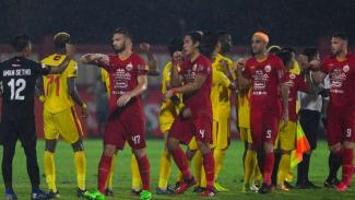 Salam siku dalam duel Bhayangkara FC vs Persija.