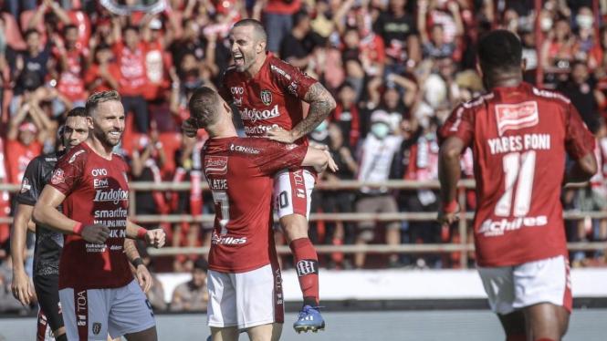 Pemain Bali United berselebrasi rayakan gol