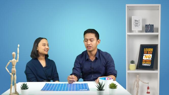 Pendiri dan Direktur Utama Ruangguru Belva Devara bersama salah satu Master Teacher Ruangguru saat mengajar kelas melalui Sekolah Online Ruangguru Gratis di aplikasi Ruangguru.